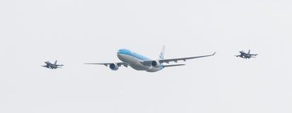 LEEUWARDEN, PAÍSES BAJOS - 11 DE JUNIO DE 2016: Escorte de KLM Boeing del holandés Imagenes de archivo