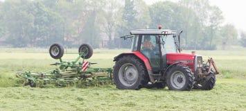 Leeuwarden, Paesi Bassi - 26 maggio 2016: L'agricoltore utilizza il trattore Immagine Stock