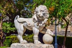 Leeuwbeeldhouwwerk in het park van Sevilla royalty-vrije stock afbeelding