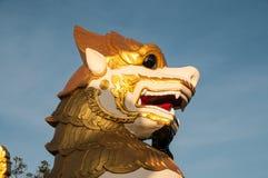 Leeuwbeeldhouwwerk op de Gouden ingang van de Rotspagode royalty-vrije stock foto's