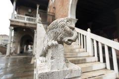 Leeuwbeeldhouwwerk op leuningen royalty-vrije stock afbeelding