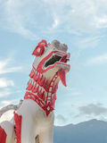 Leeuwbeeldhouwwerk in Thaise Tempel royalty-vrije stock foto
