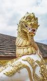 Leeuwbeeldhouwwerk in Thaise Tempel met witte hemel stock fotografie