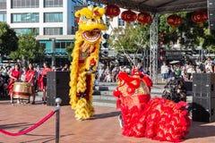 Leeuwdansers die voor Chinees Nieuwjaar presteren royalty-vrije stock afbeelding