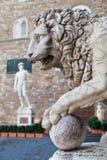 Leeuwstandbeeld bij Loggiadei Lanzi in Palazzo Vecchio stock foto