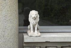 Leeuwstandbeeld buiten het venster Royalty-vrije Stock Afbeelding