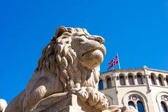 Leeuwstandbeeld dichtbij Storting Stock Foto