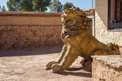 Leeuwstandbeeld die de ingang van een tempel bewaken Royalty-vrije Stock Foto's