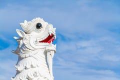Leeuwstandbeeld en hemel Royalty-vrije Stock Afbeeldingen