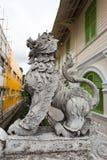 Leeuwstandbeeld op de brug in het noorden van Thailand Stock Foto
