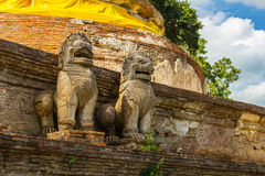 Leeuwstandbeeld op een pagode Stock Foto