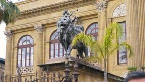 Leeuwstandbeeld voor het Theater Massimo Vittorio Emanuele in Palermo, Sicilië, Italië voorraad Leeuwstandbeeld in Italië stock videobeelden
