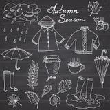 秋天季节集合乱画元素 与热的茶、雨,胶靴、衣裳和leevs汇集umprella cuo的手拉的集合  图库摄影