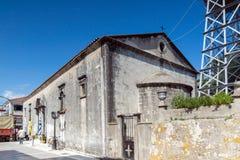 LEFKADA STAD, GREKLAND JULI 17, 2014: Medeltida kyrka i den Lefkada staden, Grekland Arkivbild