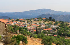 Lefkara by med berg, Cypern Arkivbild