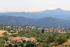 Lefkaradorp met bergen, Cyprus Stock Foto