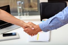 Left handed business handshake Royalty Free Stock Photos