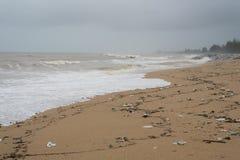 Leftover do turista lixo, desperdícios e desperdício em um Sandy Beach imagem de stock
