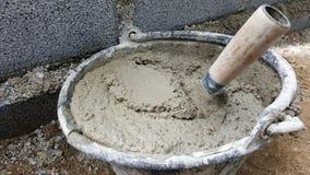 Leg bakstenen met cement mengt ton, mortierbeton Royalty-vrije Stock Afbeelding