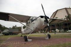 Leg Vliegtuig van Thaise Legerplaats openlucht op bij Nationaal Gedenkteken om volgende Generatie te herdenken stock foto's