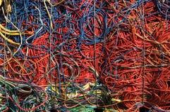 Lega l'azzurro con un cavo rosso Fotografia Stock