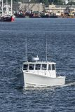 Lega-mar recreativo del barco de pesca que pasa la costa de New Bedford fotografía de archivo