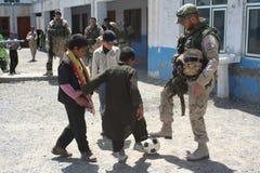 Lega per saldatura olandese che gioca a calcio in Afghanistan Immagini Stock Libere da Diritti