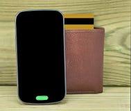 Legado móvil con la cartera y la tarjeta de crédito Fotos de archivo libres de regalías