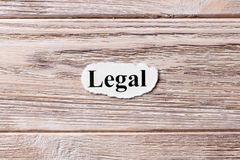 Legal da palavra no papel Conceito Palavras de legal em um fundo de madeira fotografia de stock