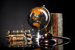 Legale Büroeinzelteile, Richter ` s Holzhammer und Gesetzbücher lizenzfreie stockbilder