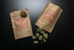 Legale Hanf-Blumen und Pakete Stockfoto