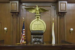 Legale Skalen hinter dem Stuhl des Richters Lizenzfreies Stockbild