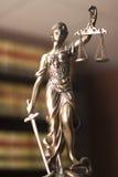 Legale Statue Themis der Rechtsbibliothek Stockbild