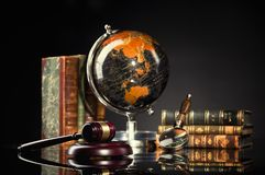 Legales Büro Richter ` s Hammer und Gesetzbücher stockbild