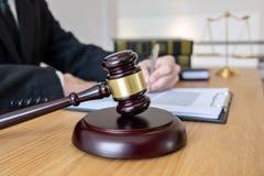 Legales Gesetz, Rate- und Gerechtigkeitskonzept, männlicher Rechtsanwalt oder Notar, der an Dokumente und Bericht des wichtigen F lizenzfreies stockbild