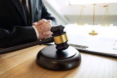 Legales Gesetz, Rate- und Gerechtigkeitskonzept, männlicher Rechtsanwalt oder Notar, der an Dokumente und Bericht des wichtigen F lizenzfreie stockfotos
