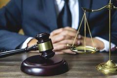Legales Gesetz, Rate- und Gerechtigkeitskonzept, männlicher Rechtsanwalt oder Notar, der an Dokumente und Bericht des wichtigen F stockfoto