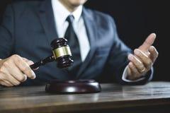 Legales Gesetz, Richterhammer mit Gerechtigkeitsrechtsanwaltrat mit Hammer und Skalen der Gerechtigkeit, des Ratgebers oder des m lizenzfreie stockfotos