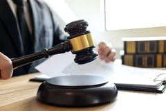 Legales Gesetzes-, Rate- und Gerechtigkeitskonzept, männlicher Beratungsrechtsanwalt oder stockbild