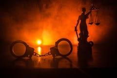 Legales Gesetzeskonzept Schattenbild von Handschellen mit der Statue von Gerechtigkeit auf Rückseite mit dem Blitzen rote und bla Lizenzfreie Stockbilder