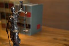 Legales Gesetzeskonzeptbild mit Skalen von Gerechtigkeit Stockbild