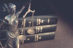 Legales Gesetzeskonzeptbild mit Skalen von Gerechtigkeit Lizenzfreie Stockfotografie