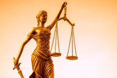 Legales Gesetzeskonzeptbild, Skalen von Gerechtigkeit, goldenes Licht lizenzfreie stockfotografie