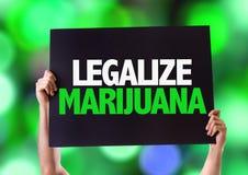 Legalisieren Sie Marihuanakarte mit bokeh Hintergrund Stockfotografie