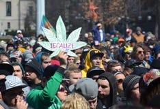 Legalize o sinal em Ann Arbor Hash Bash 2014 fotos de stock royalty free