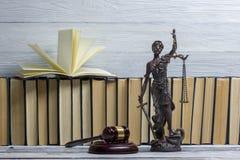 Legalny prawa pojęcie - Otwarta prawo książka z drewnianym sędziego młoteczkiem na stole w egzekwowania prawa biurze lub sala sąd Obraz Stock