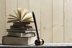 Legalny prawa pojęcie - Otwarta prawo książka z drewnianym sędziego młoteczkiem na stole w egzekwowania prawa biurze lub sala sąd Zdjęcia Stock
