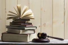 Legalny prawa pojęcie - Otwarta prawo książka z drewnianym sędziego młoteczkiem na stole w egzekwowania prawa biurze lub sala sąd Fotografia Stock
