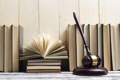 Legalny prawa pojęcie - Otwarta prawo książka z drewnianym sędziego młoteczkiem na stole w egzekwowania prawa biurze lub sala sąd Zdjęcie Royalty Free