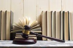 Legalny prawa pojęcie - Otwarta prawo książka z drewnianym sędziego młoteczkiem na stole w egzekwowania prawa biurze lub sala sąd Obrazy Royalty Free